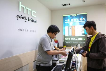 Выход смарт-часов HTC вновь отложили
