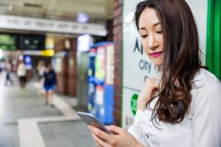 Южная Корея внедряет дорожные знаки для зависимых от смартфонов