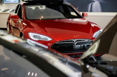 Tesla представила упрощенную версию электромобиля Model S