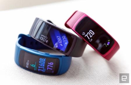 Samsung представила фитнес-браслетGear Fit 2 и беспроводные наушникиIconX