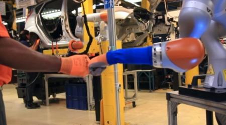 На автозаводе Ford рабочим помогают напарники-роботы