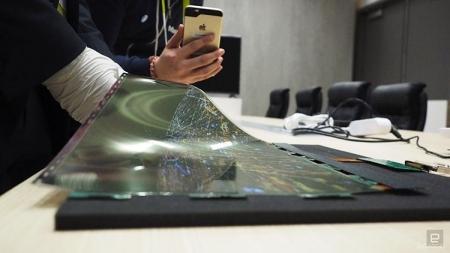 Устройства с гибкими экранами появятся в следующем году