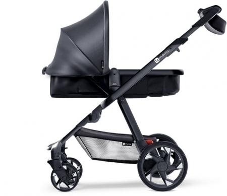 «Умная» детская коляска зарядит телефон и подсветит дорогу