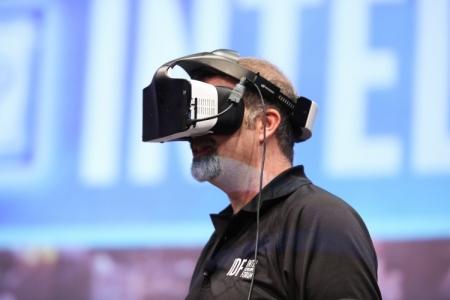 Открытие конференции IDF 2016: шлем виртуальной реальности от Intel, рабочий стол Windows 10 в VR