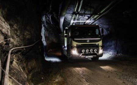 Volvo впервые в мире начинает испытания грузовика с автопилотом под землёй