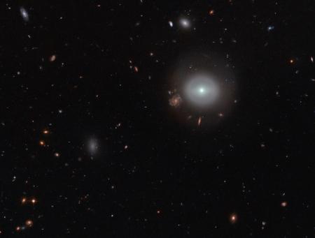 Фото дня: линзовидная галактика в созвездии Волос Вероники