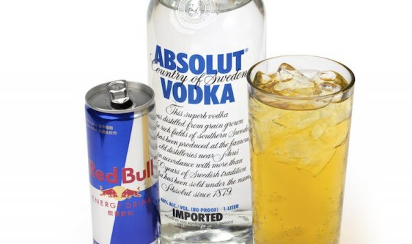 Ученые: Смешивание алкоголя и энергетиков ускоряет опьянение