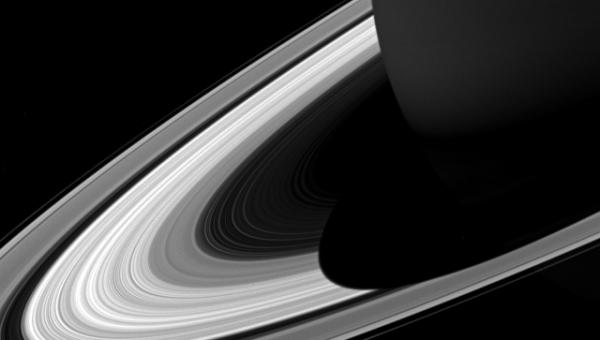 «Кассини» запечатлел гигантскую тень Сатурна на его кольцах