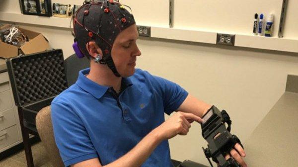 Ученые создали шлем, позволяющий управлять парализованными конечностями