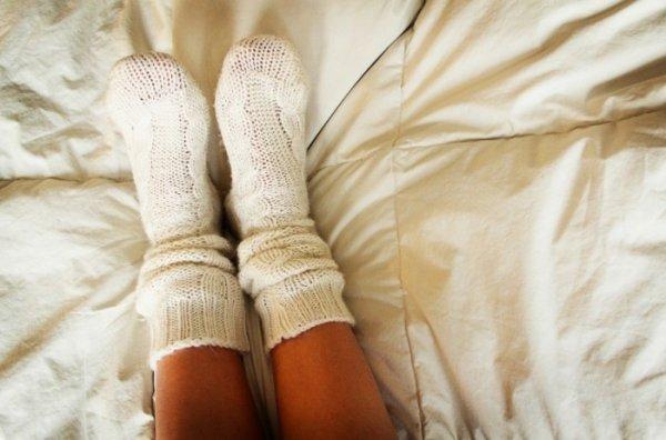 Ученые: Носки перед сном нужно надевать от бессонницы