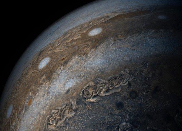 NASA опубликовало чарующие снимки Юпитера