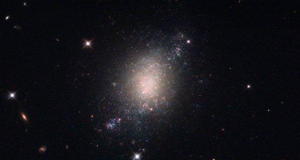 Телескопу «Хаббл» удалось обнаружить галактику с несформированными звездами