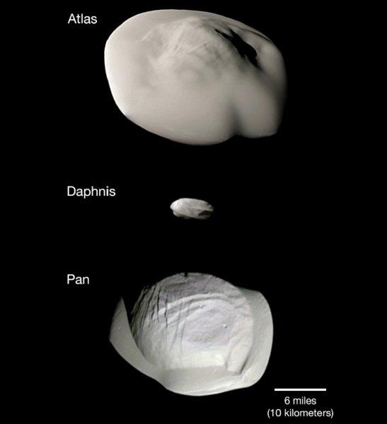 NASA показало смешные снимки спутников Сатурна в форме «пельменей»