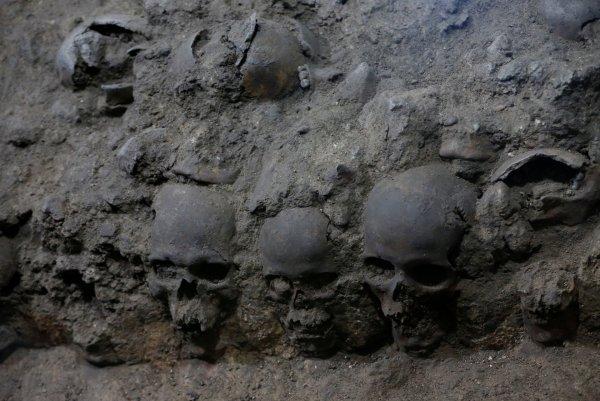 В Мексике нашли башню из сотен человеческих черепов