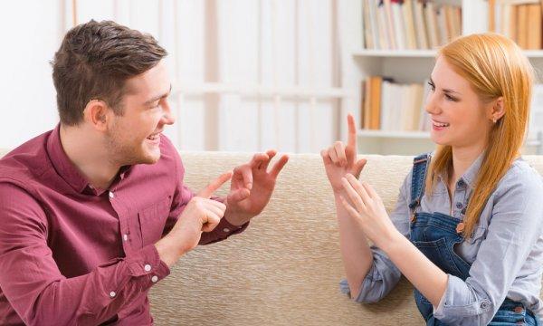 Ученые создали перчатку-переводчик языка жестов, отображающую текст на смартфоне