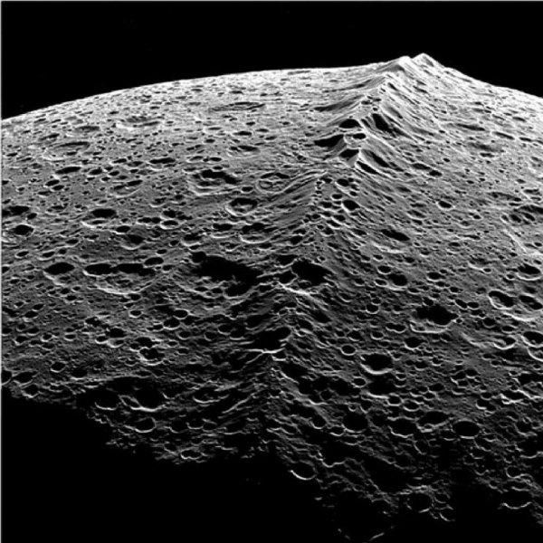 Конспирологи: Спутник Сатурна Япет является базой инопланетян