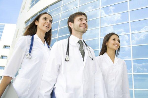 Исследователи: Молодые врачи повышают риск смерти пациентов