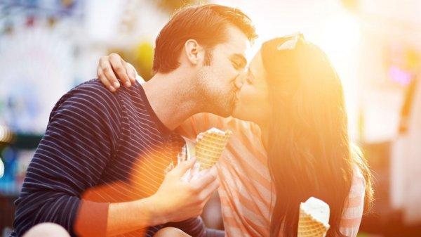 Ученые выяснили, почему люди закрывают глаза при поцелуе