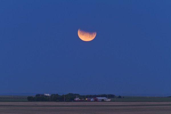 Уфологи: Во время лунного затмения было зафиксировано свыше сотни НЛО