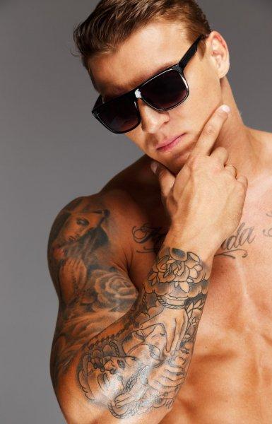 Ученые: Женщины воспринимают мужчин с татуировками как более здоровых