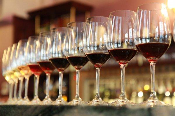 Ученые: Стакан вина перед сном продлевает жизнь