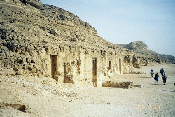 В Египте раскопали три древние гробницы эпохи Птолемеев
