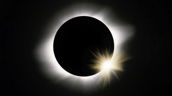 NASA поделилось кадрами «Великого солнечного затмения»