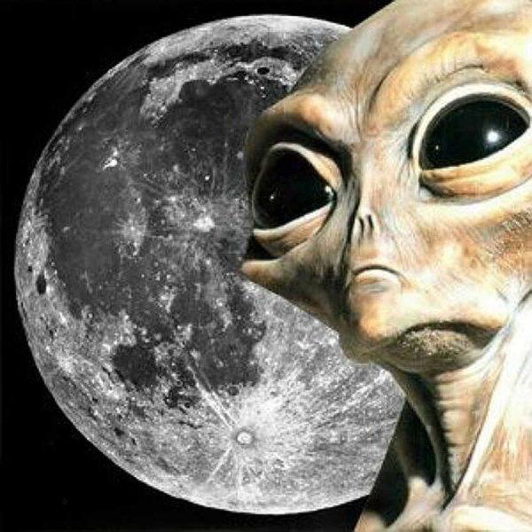 Уфологи разглядели в одном из лунных кратеров базу пришельцев