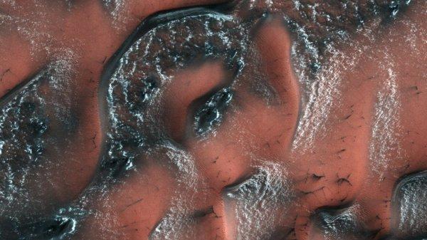 NASA обнародовало в Сети снимок заснеженных дюн Марса