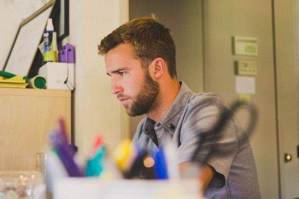 Ученые выяснили возраст, в котором люди испытывают ненависть к работе