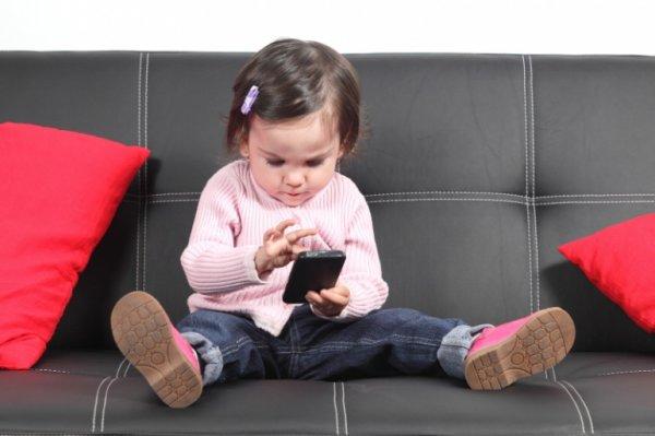 Медики бьют тревогу: Смартфоны могут стать причиной косоглазия у детей