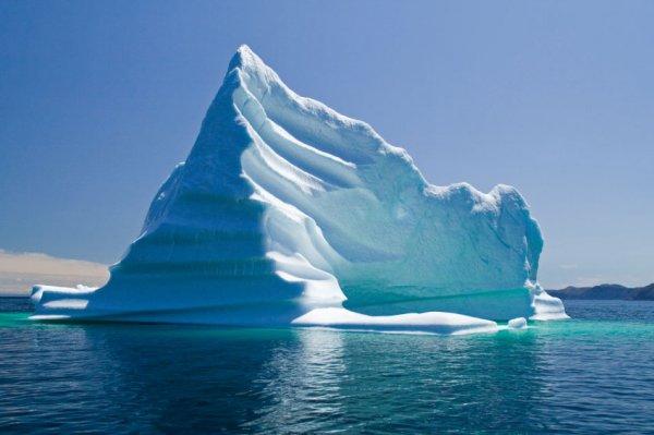 «Роснефть» отбуксировала айсберг в миллион тонн и предотвратила кораблекрушение