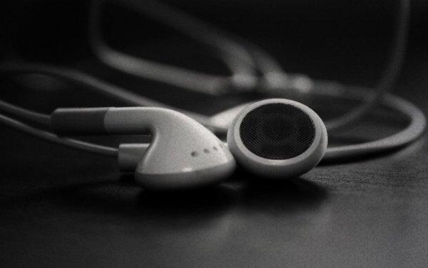 Врачи: Использование наушников приводит к потере слуха