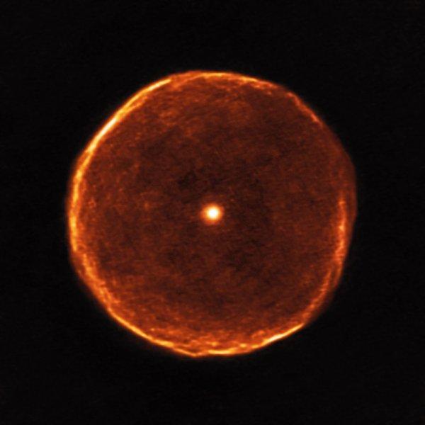 Ученые получили снимки престарелой звезды в виде «огненного глаза»
