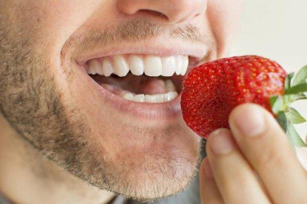 Стоматологи назвали 5 лучших природных отбеливателей зубов