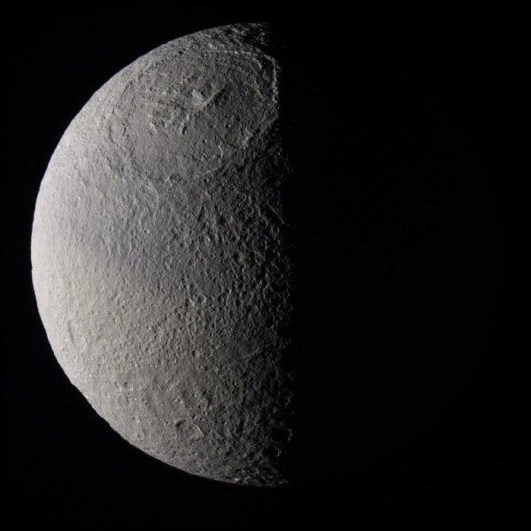 Ученые NASA обнаружили на спутнике Сатурна загадочные красные шрамы: Кто или что имеет отношение к гибели «Кассини»?