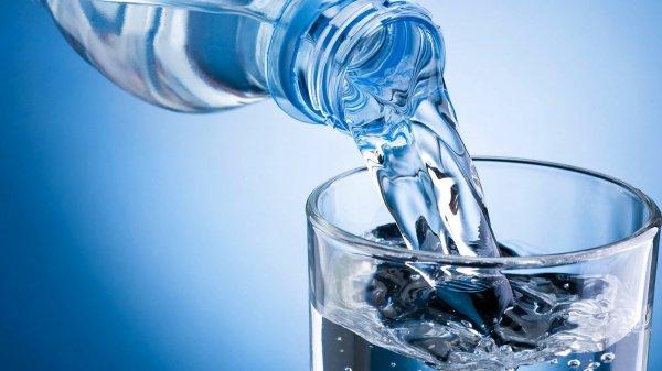 Ученые: Вместе с водой люди поглощают невидимые частицы пластиковых бутылок