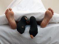Ученые: У людей, которые спят в носках, крепче сон и сильнее оргазмы