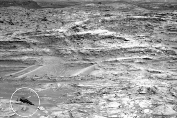 Уфологи заметили в каньоне на Марсе обломки корабля пришельцев