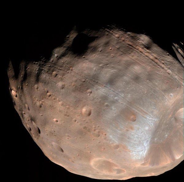 NASA получило новые данные о спутнике Марса – Фобосе
