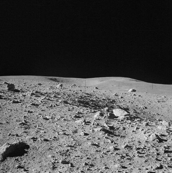 Астрономы объяснили странное передвижение камней на Луне