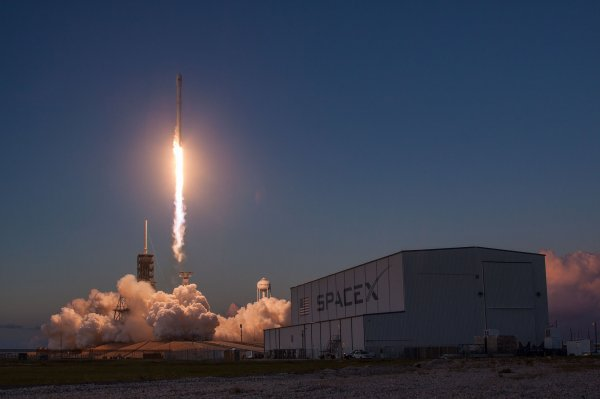 Ракета Falcon 9 вернулась на Землю после запуска спутника