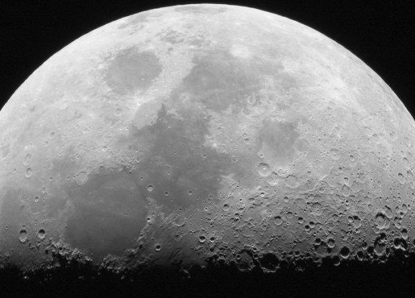 Европейские астрономы раскрыли секрет таинственных вспышек на Луне