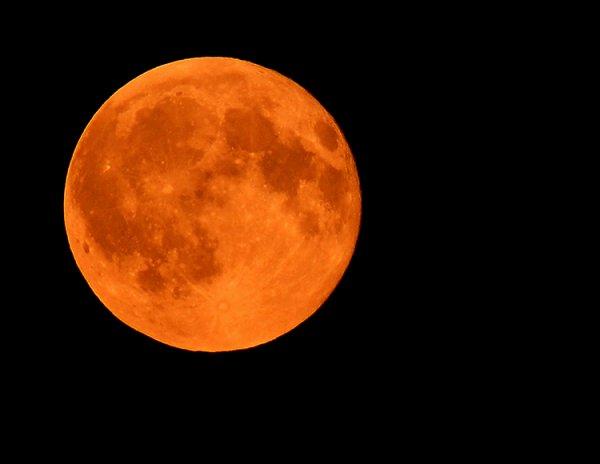 Языческие обряды и аномальные явления: Ученые сообщили о завтрашнем приближении Луны к поверхности Земли