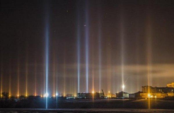Жители Новосибирска столкнулись с необычным небесным явлением в виде столбов света