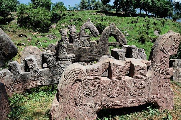 В Гималаях археологи нашли древнее войско: Кто и зачем окружал себя статуями?