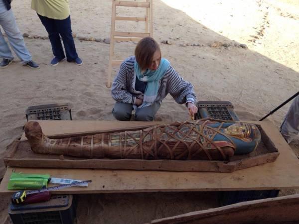 Археологи: В Египте обнаружена мумия с позолоченной маской