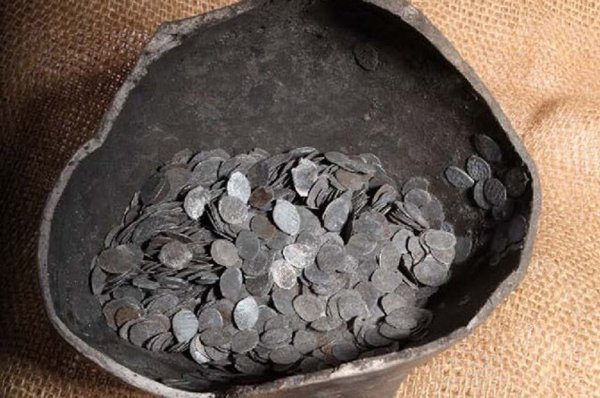 Во Франции ученые обнаружили монеты XII века