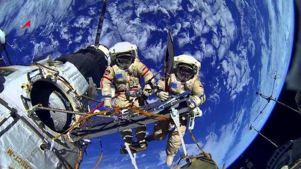 Космонавты России дважды совершат выход в космос с борта МКС