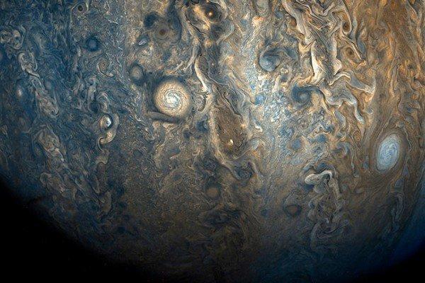 Зонд NASA Juno «поймал» потрясающие бури на Юпитере